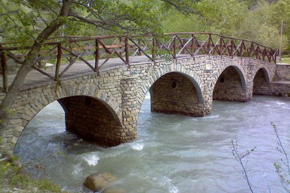 Καταστράφηκε σχεδόν το μισό γεφύρι του River Party στο Νεστόριο Καστοριάς (pics)