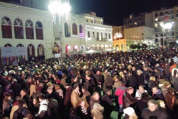 """Οι Πατρινοί έδωσαν το """"παρών"""" στη συγκέντρωση συμπαράστασης στη πλατεία Γεωργίου (pics+video)"""