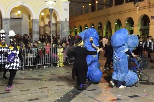 """Όταν η Πατρινή καρναβαλική επιτροπή πήρε στο κυνήγι τους """"Μπλε φαλλούς""""! (video)"""
