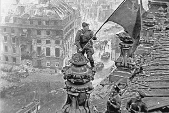 Σαν σήμερα 30 Απριλίου o Μιχαήλ Μίνιν υψώνει την σοβιετική σημαία στο Ράιχσταγκ