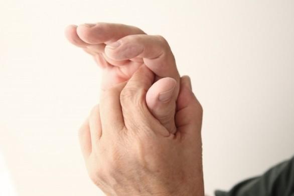 Με ποιες παθήσεις συνδέεται το μούδιασμα στα δάχτυλα χεριών και ποδιών;