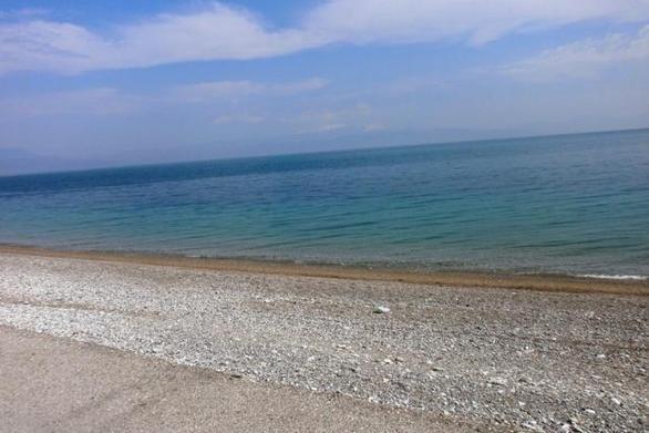 Διασχίζοντας την παραλία της Ακράτας, με μια μηχανή, δίπλα στο κύμα (video)