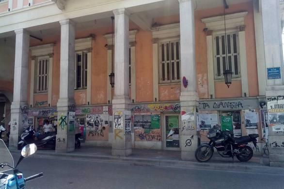 """Πάτρα: Το νεοκλασικό κτίριο - κόσμημα, που έχει """"τυλιχτεί"""" από τις αφίσες (pics)"""