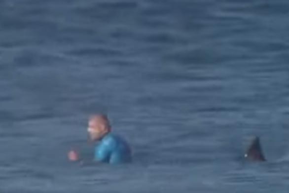 Αθλητής του σερφ δέχθηκε επίθεση από καρχαρία κατά την διάρκεια αγώνα! (video)