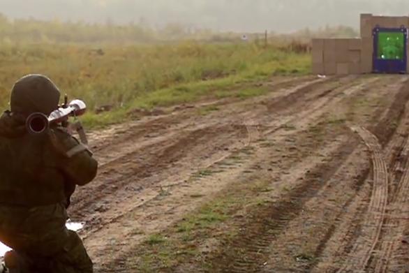 Τι γίνεται όταν μια ρουκέτα χτυπά στρώσεις από αλεξίσφαιρα τζάμια; (video)