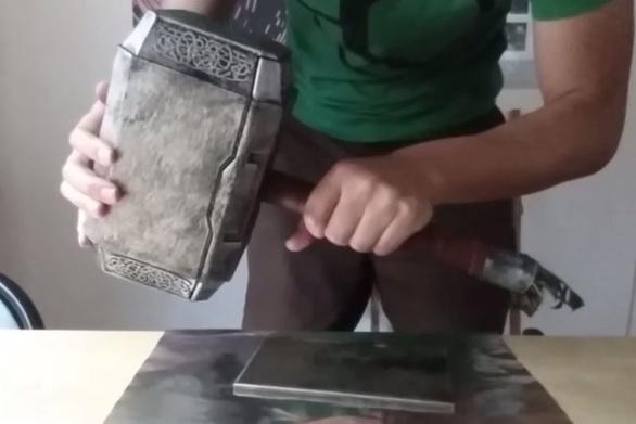 Έφτιαξε το σφυρί του Θορ και είναι ο μόνος που μπορεί να το σηκώσει! (video)