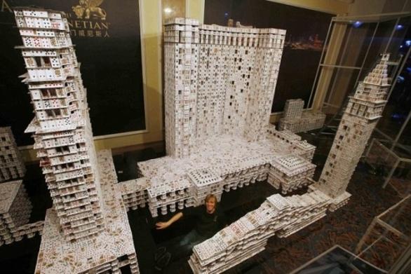 Μια εντυπωσιακή κατασκευή από 218.792 τραπουλόχαρτα! (pics+video)