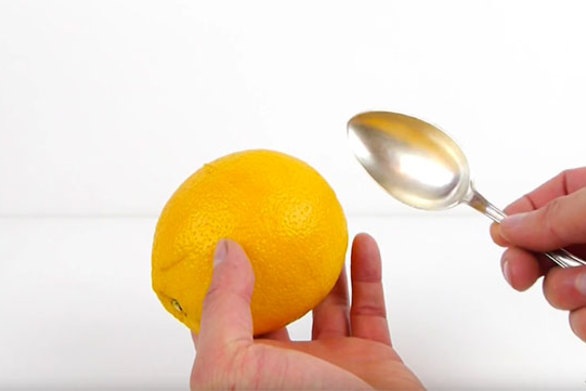 Δείτε πως να καθαρίσετε ένα πορτοκάλι με κουτάλι (video)