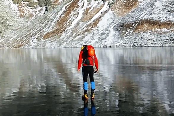 Περπατούσαν σε παγωμένη λίμνη τόσο καθαρή μέχρι που... (video)