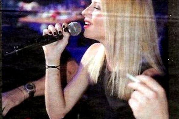 """Στην Πάτρα η Ευαγγελία Αραβανή - Την """"έλουσαν"""" με γαρύφαλλα όταν έπιασε μικρόφωνο!"""