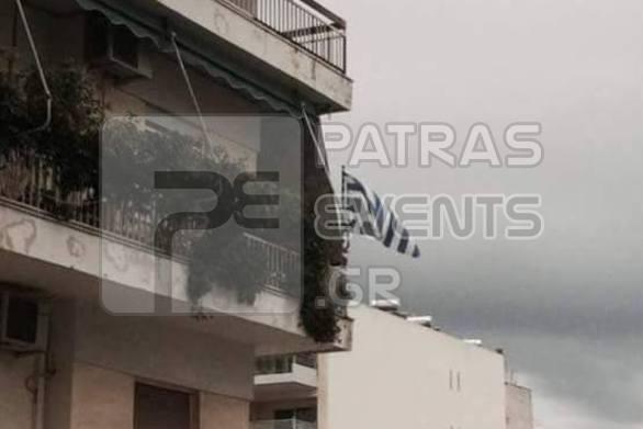 Πατρινός κρέμασε ανάποδα την Ελληνική σημαία στο μπαλκόνι του!