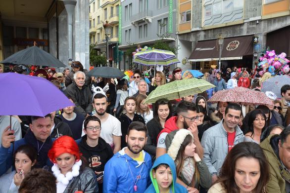 Πάτρα: Κόσμος και κοσμάκης στους επίσημους και στη πλατεία Γεωργίου (pics)