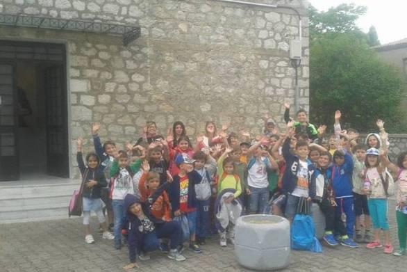 Μικροί μαθητές από την Αντίκυρα «έκαναν μάθημα» στο Μουσείο Θυμάτων Ναζισμού στο Δίστομο
