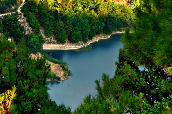 Αχαΐα: «Πετώντας» πάνω από την λίμνη Τσιβλού, στις πλαγιές του Χελμού - Δείτε βίντεο