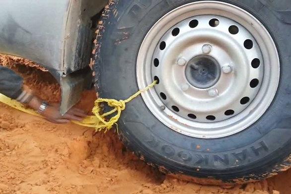Έτσι θα ξεκολλήσετε ένα αυτοκίνητο από την άμμο της ερήμου (video)