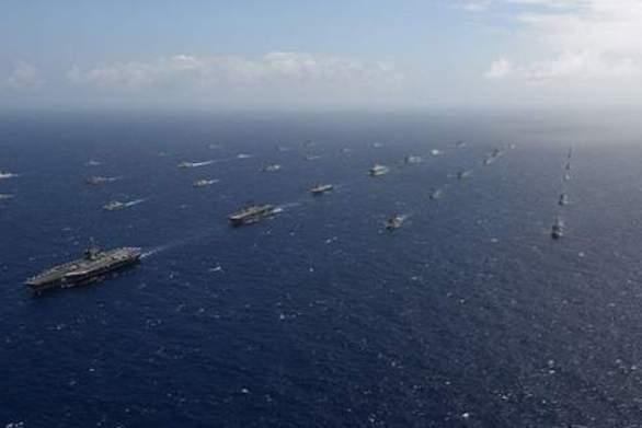 Σαράντα πλοία και υποβρύχια πλέουν σε τέλειο σχηματισμό στον Ειρηνικό Ωκεανό (video)