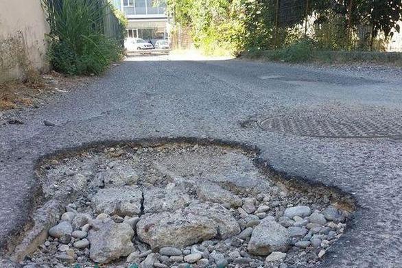 «Τρύπα - παγίδα» που τα… σπάει σε δρόμο της Ναυπάκτου! (pics)