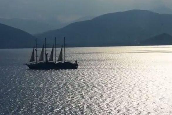Η μαγική αποχώρηση ενός τετρακάταρτου ιστιοφόρου από το Ναύπλιο (video)