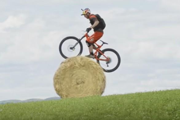 Ο ποδηλάτης που προσφέρει εντυπωσιακό θέαμα (video)