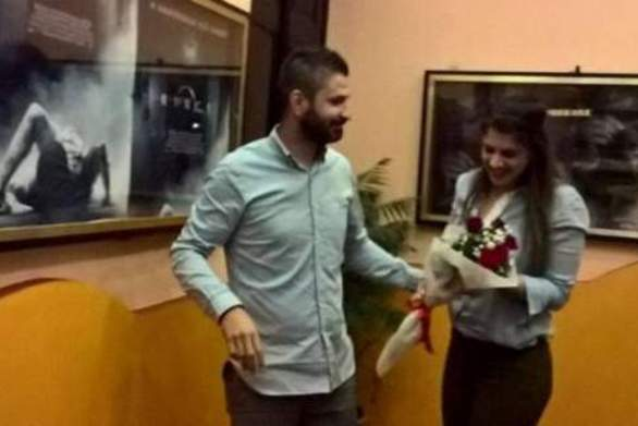 Της έκανε πρόταση γάμου στο σινεμά (video)