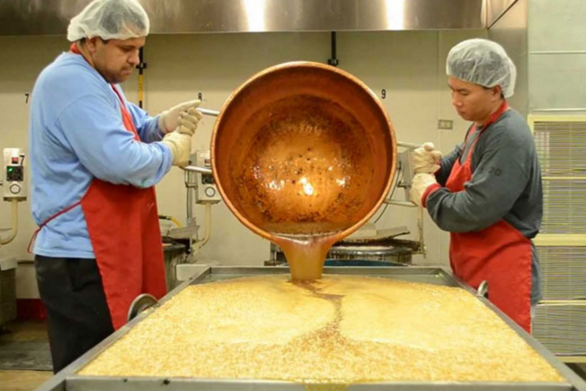 Δείτε πως φτιάχνονται τα χριστουγεννιάτικα γλυκά από καραμέλα (video)