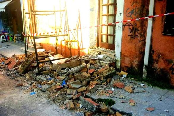 Έπεσε μπαλκόνι στο κέντρο της Πάτρας!