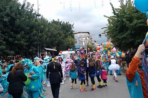 Πάτρα: Οι μικροί καρναβαλιστές ετοιμάζονται για την μεγάλη παρέλαση (pics)