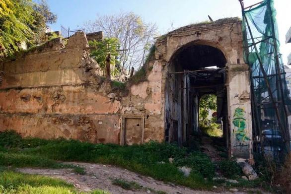 Πάτρα: Κίνδυνος για τους πεζούς από τα εγκαταλελειμμένα και διατηρητέα κτίρια της Γερμανού