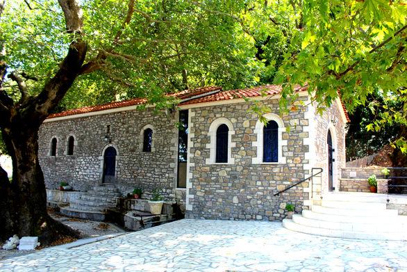"""Μισή ώρα μακριά από την Πάτρα """"κρύβεται"""" το πιο... καταπράσινο εκκλησάκι της Αχαΐας (pics+video)"""