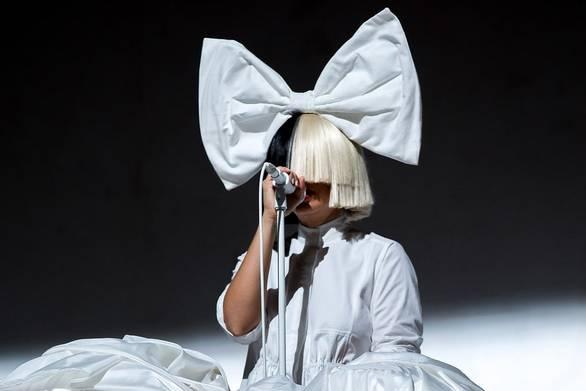 Η σπάνια εμφάνιση της Sia χωρίς περούκα (pic)