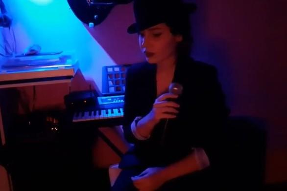 """Η Πατρινή, Μαίρη Μητρούλια, ερμηνεύει το """"Fever"""" με τον δικό της μοναδικό τρόπο! (video)"""