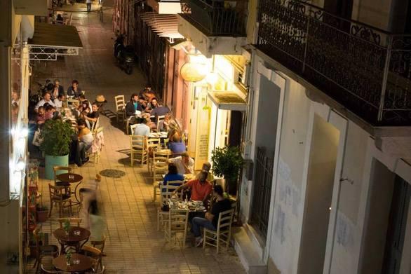 Νύχτες καλοκαιριού στην Πάτρα και τα τραπεζάκια έξω, με φεγγαράδα και βασιλικό!