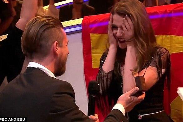 Πρόταση γάμου για πρώτη φορά στην Eurovision! (video)