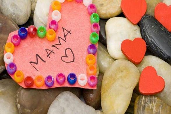 Οι Πατρινοί γιόρτασαν την γιορτή της μητέρας με ένα λουλούδι και δεκάδες αναρτήσεις