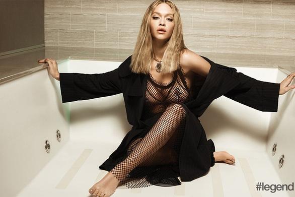 Η Rita Ora ποζάρει στο jacuzzi!