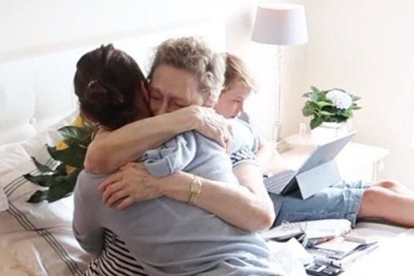 Η Μπέλα Χαντίντ στο πλευρό της άρρωστης γιαγιάς της (video)