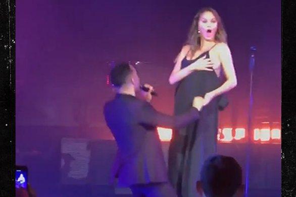 Το άνετο μαύρο φόρεμα που «πρόδωσε» το στήθος της Chrissy Teigen (video)
