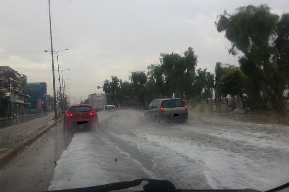 : Όταν βρέχει, η Ακτή Δυμαίων γίνεται λίμνη για… βαρκούλες!