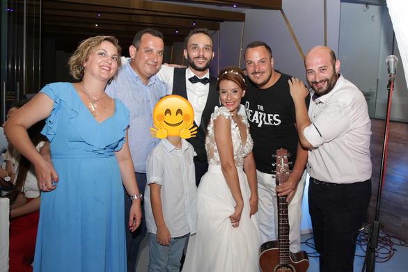 """""""Ανατροπή"""" σε γάμο στο Ρίο - Εκεί που όλα κυλούσαν ήρεμα μπήκε ο Δείξιμος με την κιθάρα του... (φωτο+βίντεο)"""