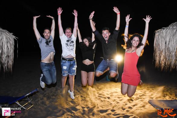 Mια ζεστή Κυριακή που έγινε αφορμή για party και νυχτερινές βουτιές στο La Mer!