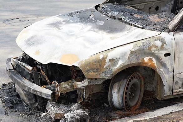 """Ξαναχτύπησε o """"μπουρλοτιέρης"""" της Πάτρας – Έβαλε φωτιά σε τρία οχήματα τα ξημερώματα"""