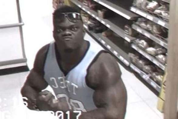 Bodybuilder βγάζει την μπλούζα του και ποζάρει σε κάμερα σούπερ μάρκετ (video)