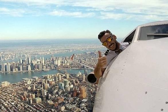 Οι selfies πιλότου που έχουν διχάσει το διαδίκτυο