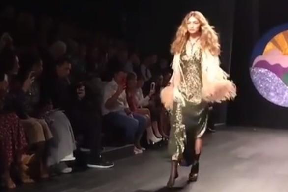 Η Gigi Hadid βγήκε στην πασαρέλα με ένα παπούτσι! (video)