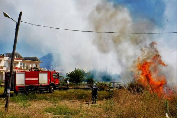 Πάτρα: Φωτιά σε οικόπεδο κοντά στην «Εύα» - Κάηκε ένα στρέμμα (φωτο+video)