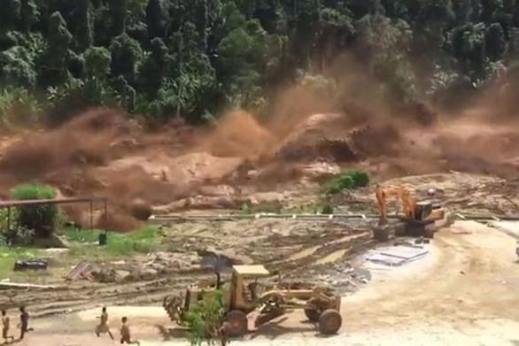 Η σοκαριστική στιγμή που σπάει φράγμα στο Λάος (video)