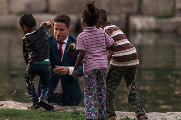 Γαμπρός έπεσε σε ποτάμι την ώρα της φωτογράφισης για να... σώσει ένα παιδί!