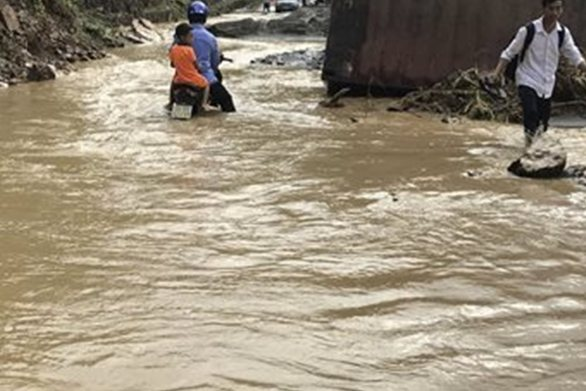 Τραγωδία στο Βιετνάμ - Δεκάδες οι νεκροί από σφοδρές πλημμύρες (video)