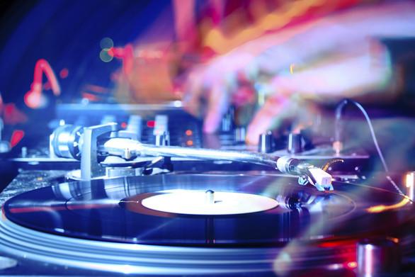 """Ο """"πόλεμος"""" στα decks - Πόσα παίρνει ένας dj στην Πάτρα;"""