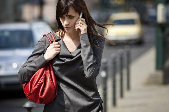 """Σε ποια χώρα """"τρως"""" πρόστιμο αν περπατάς και γράφεις μήνυμα στο κινητό σου"""